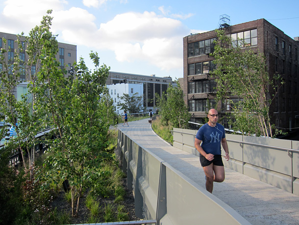 A man jogging at the north part of the Highline in New York